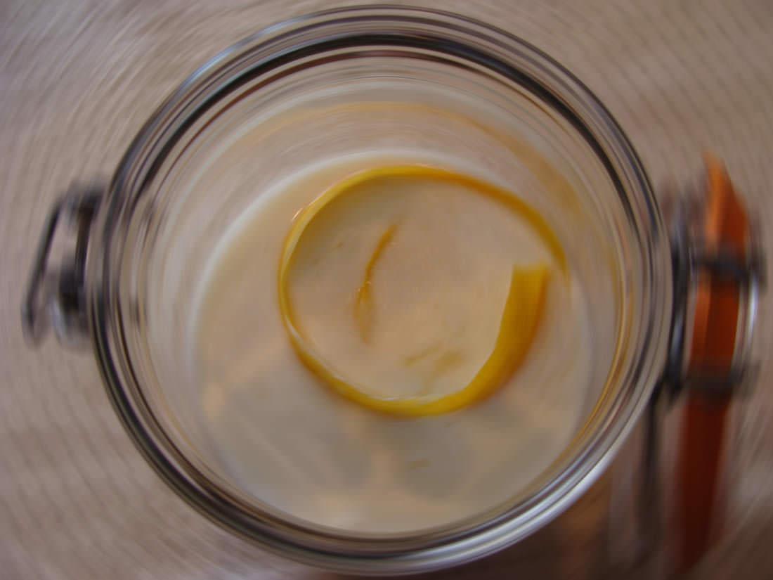 Kefir fermenting with lemon